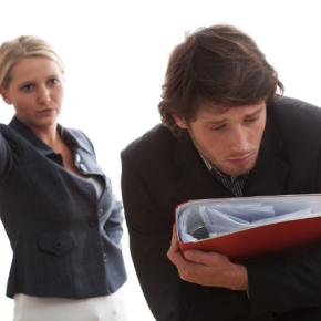 Jakie uprawnienia ma pracownik, z którym rozwiązano umowę o pracę bez wypowiedzenia z naruszeniem przepisów prawa?